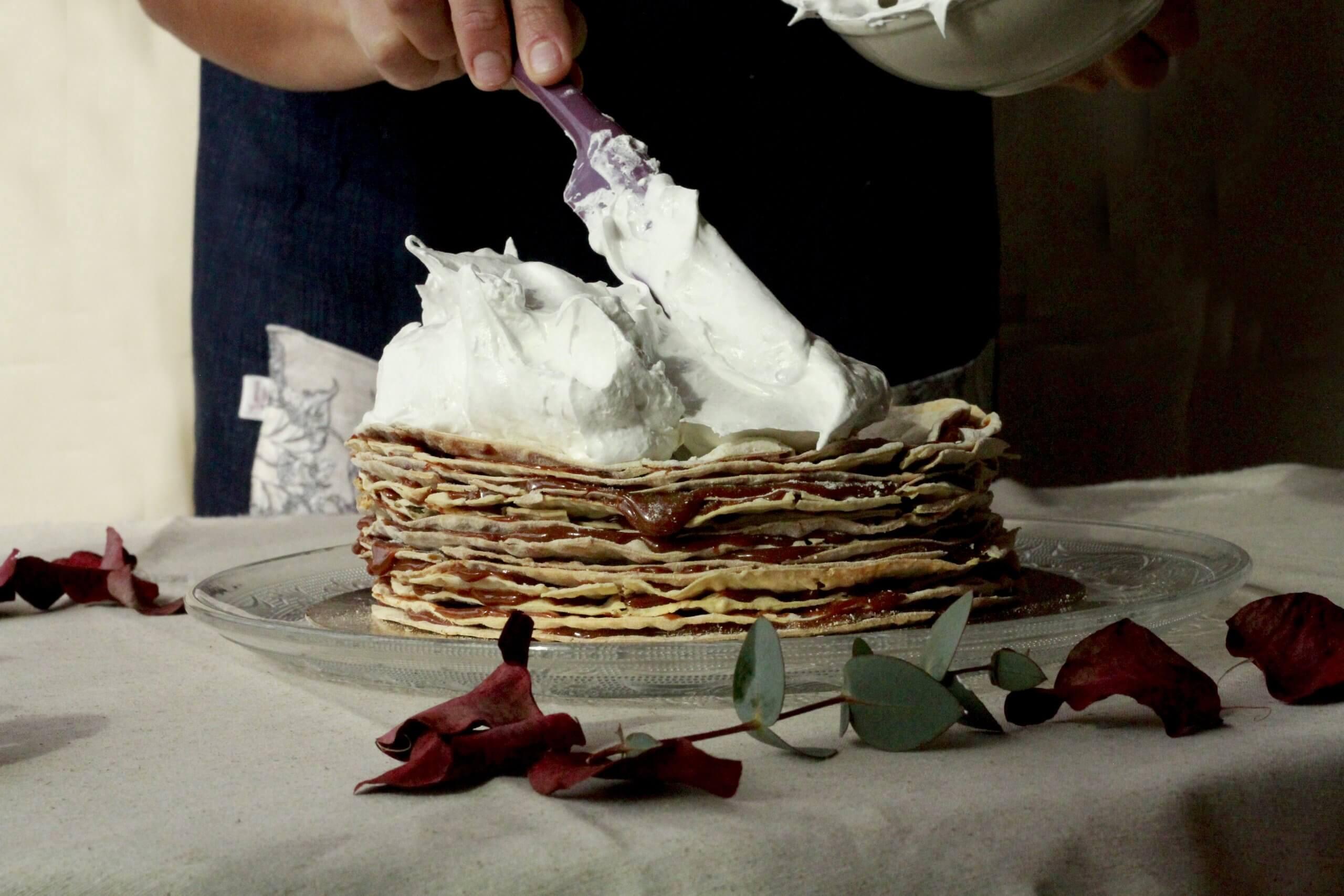 Un cocinero hace tortitas con nata