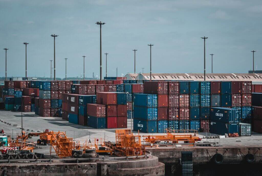 Containers dans un port commercial