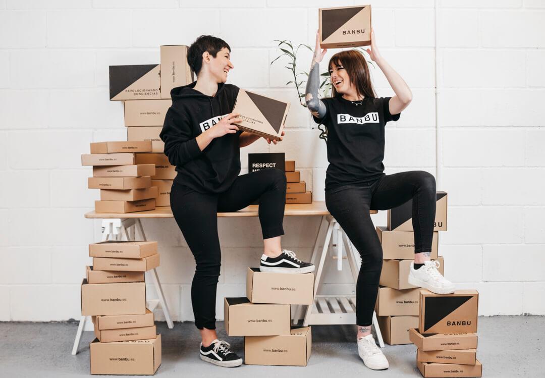 Dos chicas sostienen cajas postales ecológicas