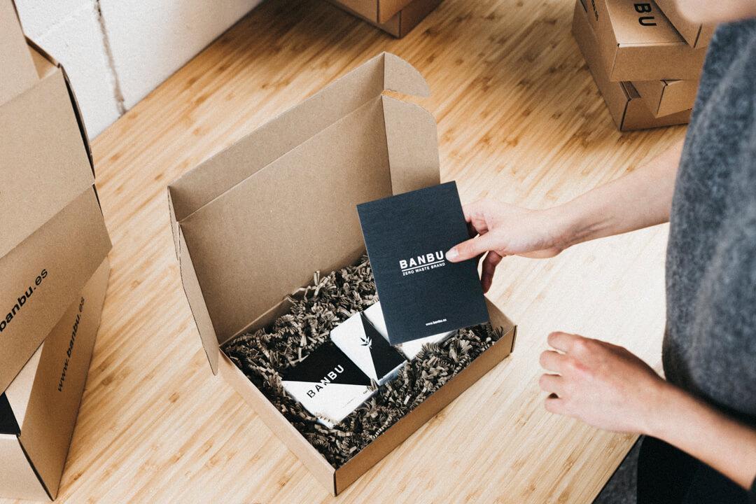 Una chica envuelve productos en una caja