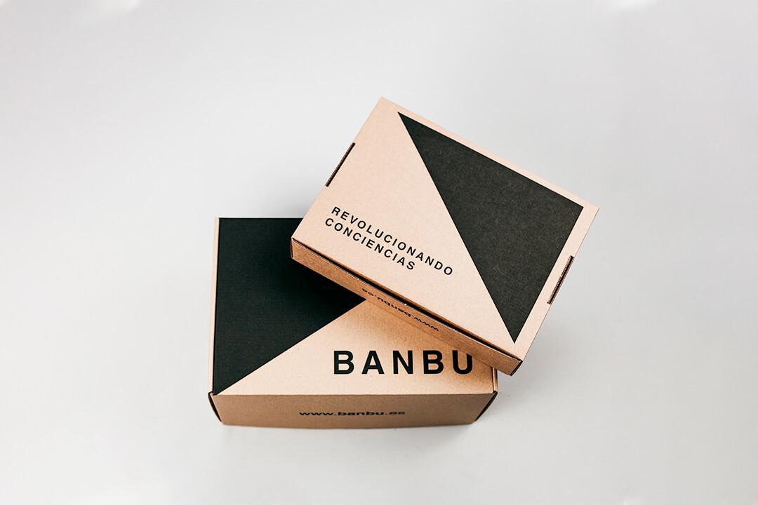 Dos cajas ecológicas con un eslogan de color negro