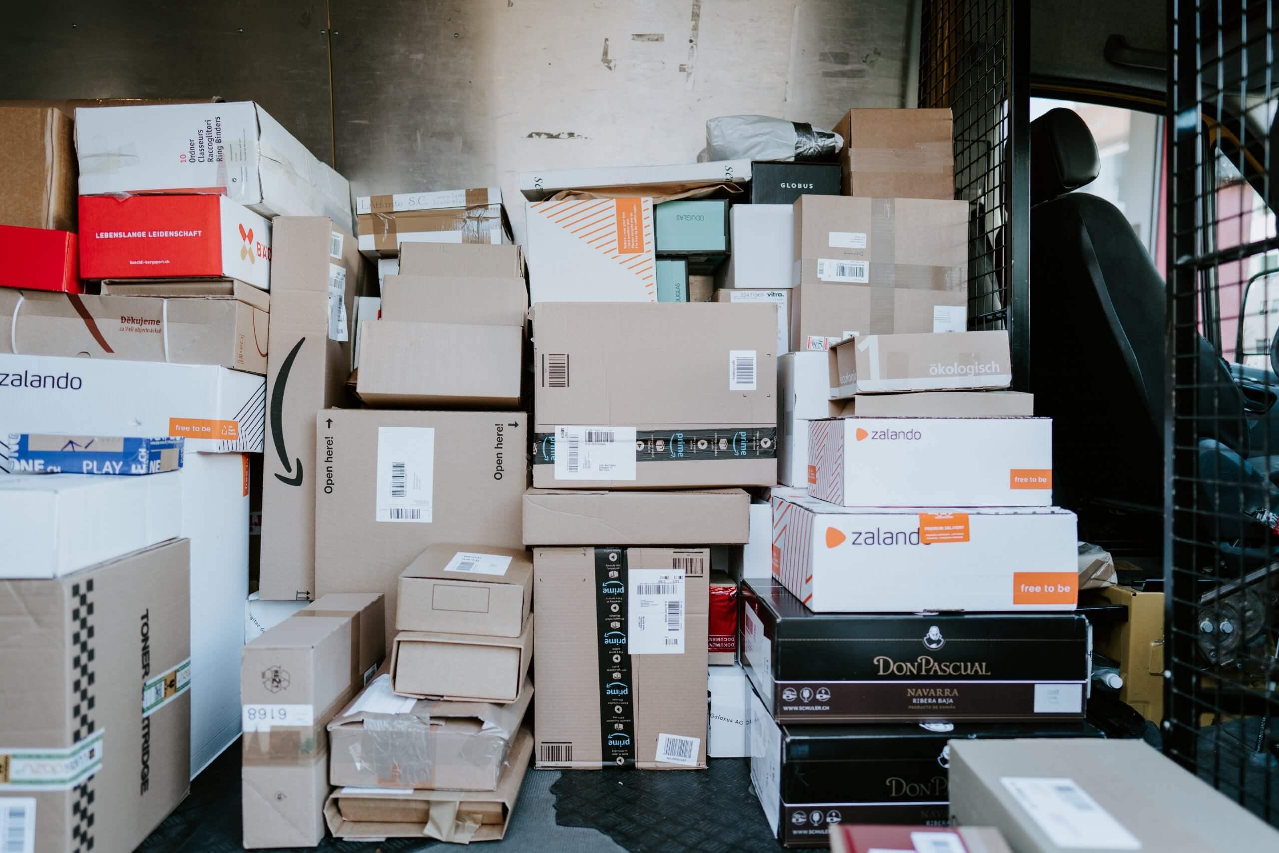 Chargement pour livraison de colis en carton ondulé e-commerce pour les particuliers