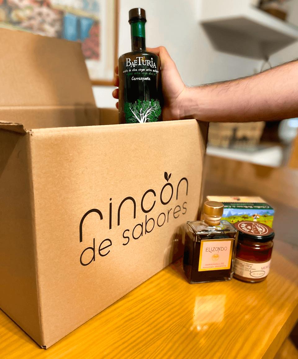 productos gourmet dentro de una caja de cartón personalizada