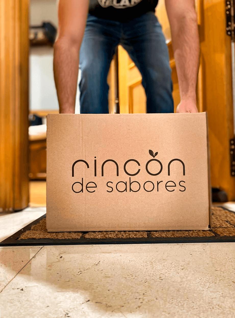 Un transportista entrega una caja de Rincón de Sabores