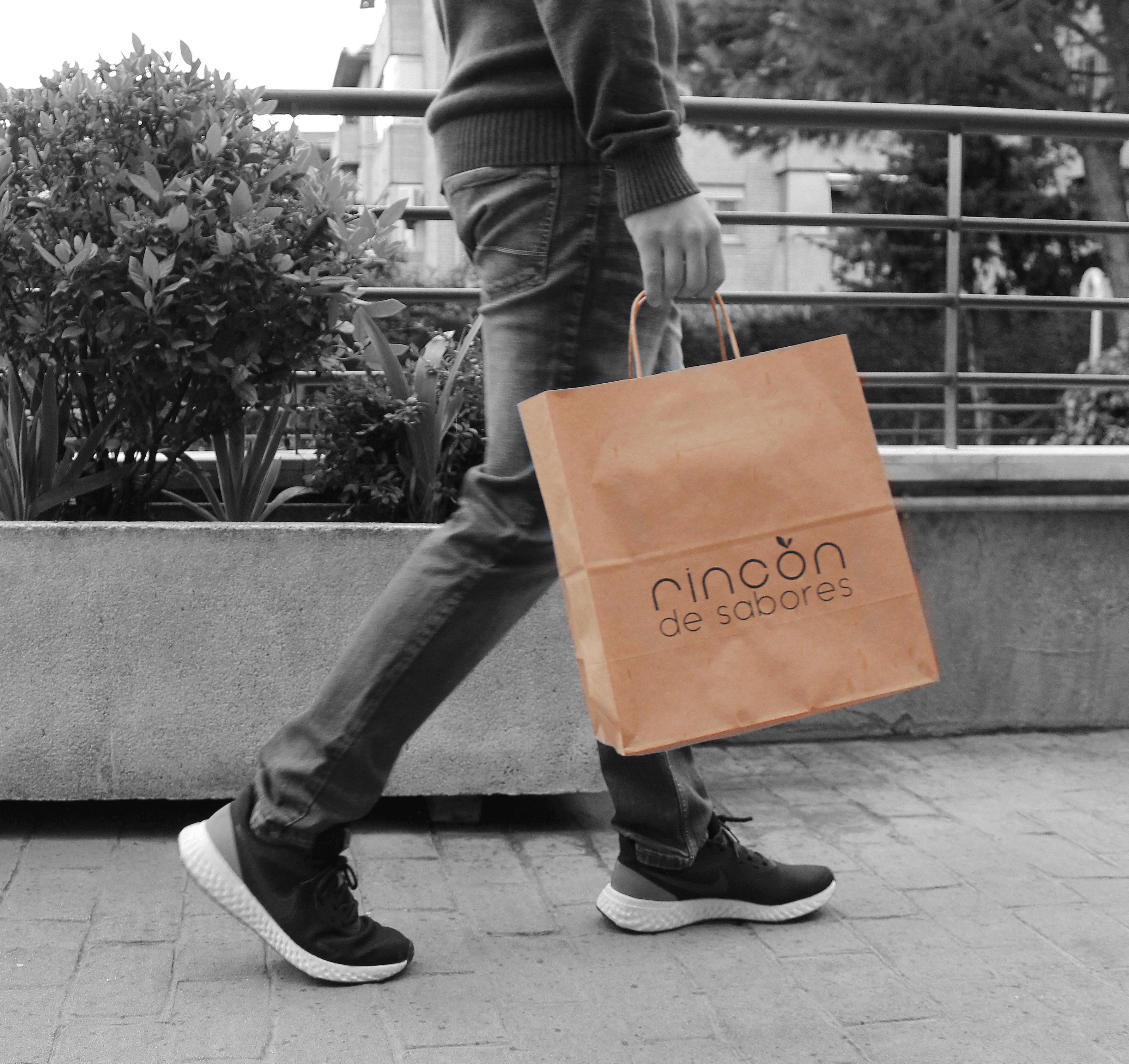 Un cliente transporta una bolsa de Rincón de Sabores
