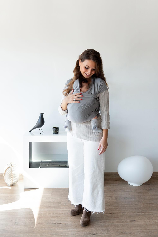 una mamá portea a su bebé