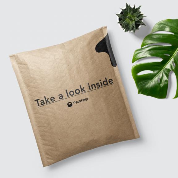 sobre acolchado de cartón con un logo personalizado
