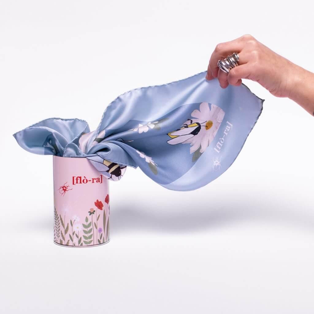 flora lattina in cartone e foulard