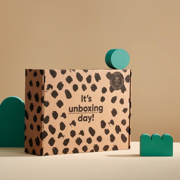 Nachhaltiger Karton mit schwarzem Aufdruck