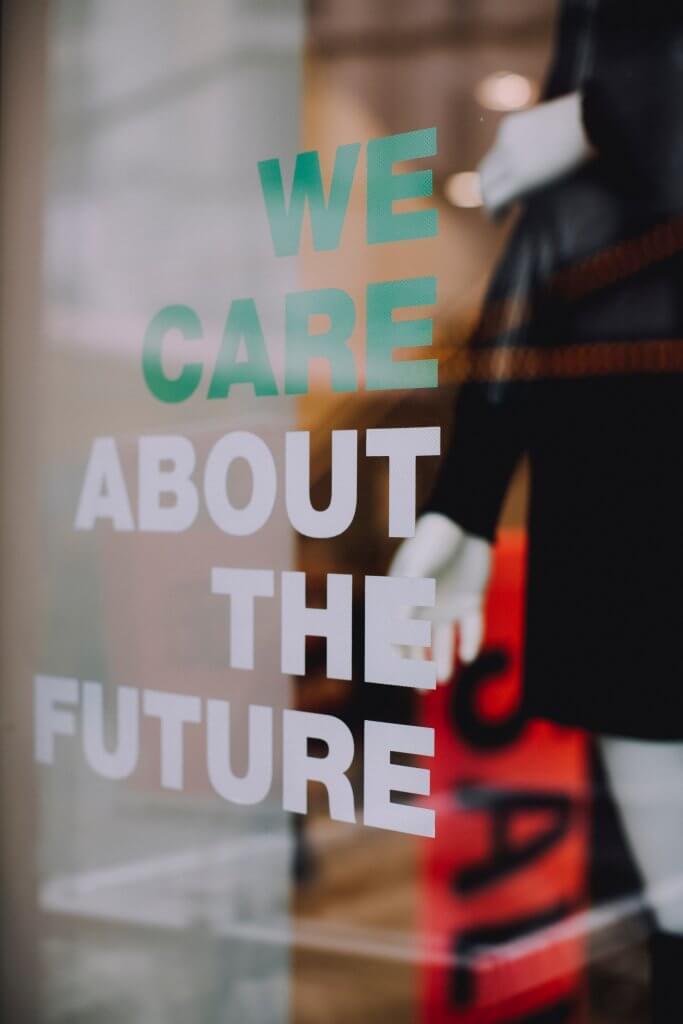 Vitrine avec inscription we care about the future pour dire non au Greenwashing